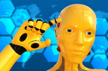 Kopf und Hand eines menschlich aussehenden Roboters