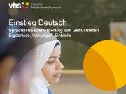 Das Bild zeigt das Cover der VHS-Broschüre Einstieg Deutsch. Eine junge Frau mit Kopftuch ist vor der unscharfen Silhouette einer Tafel abgebildet. Darüber steht der Titel: Einstieg Deutsch. Sprahliche Erstförderung von Geflüchteten. Ergebnisse, Wirkungen, Einblicke.