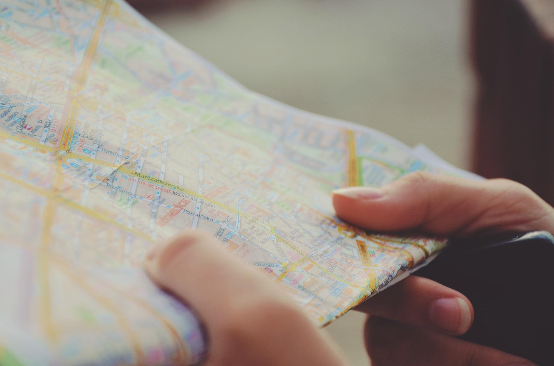 Das Bild zeigt eine von einer Person gehaltene Straßenkarte.