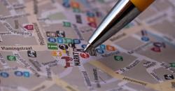 Kugelschreiberspitze auf einem Stadtplan