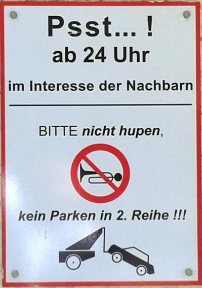 Schild mit Bitte nicht hupen und kein Parken in 2. Reihe