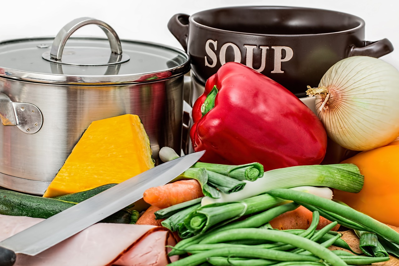 Schüsseln mit Zutaten zum Kochen.