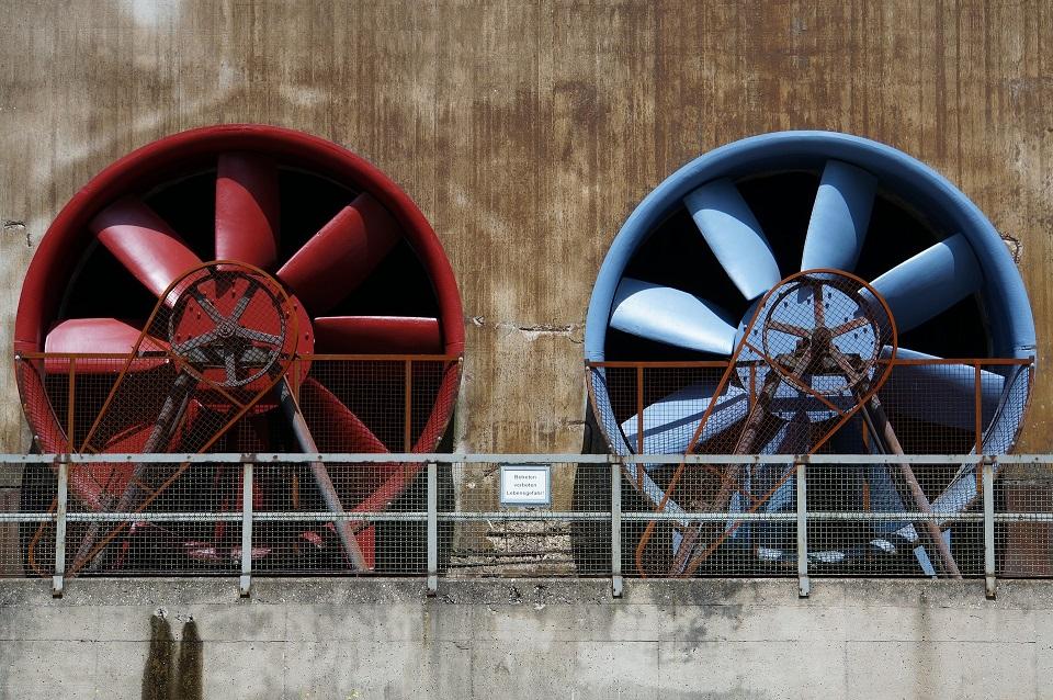 Das Bild zeigt zwei große Turbinen.