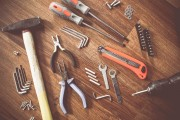 Unterschiedliche Werkzeuge liegen auf einem Tisch