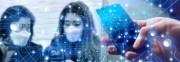 Das Bild zeigt unscharf zwei Personen mit Mund-Nasen-Masken und eine Hand mit einem Smartphone. Über das Bild ist ein feines Datennetz gelegt.