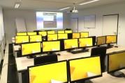 Schulungsraum mit Monitoren