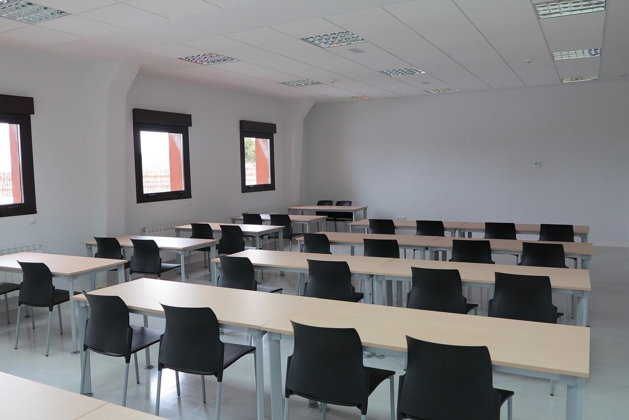 Schulungsraum mti Tischreihen und Stühlen