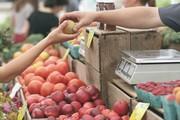 Das Bild zeigt Äpfel an einem Obststand.