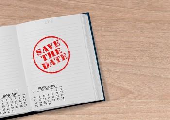 Aufgeschlagenes Kalenderbuch mit Eintrag Save the Date