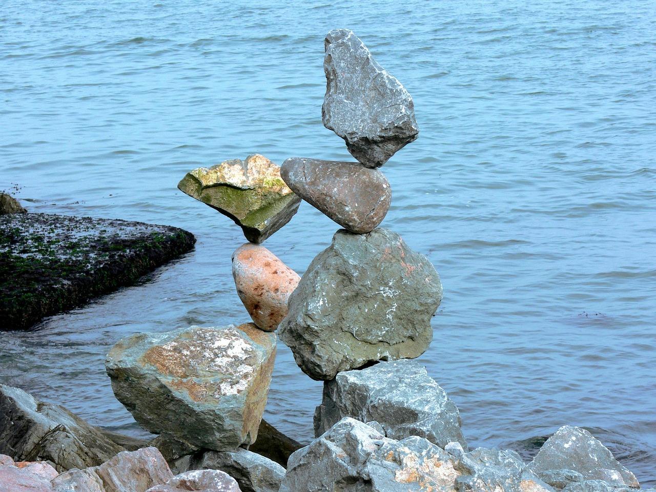 Stapel aus Steinen am Strand
