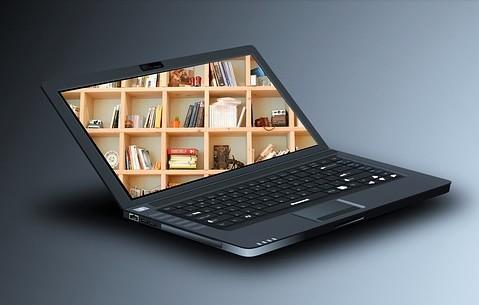 Laptop mit Regalfoto auf dem Monitor.