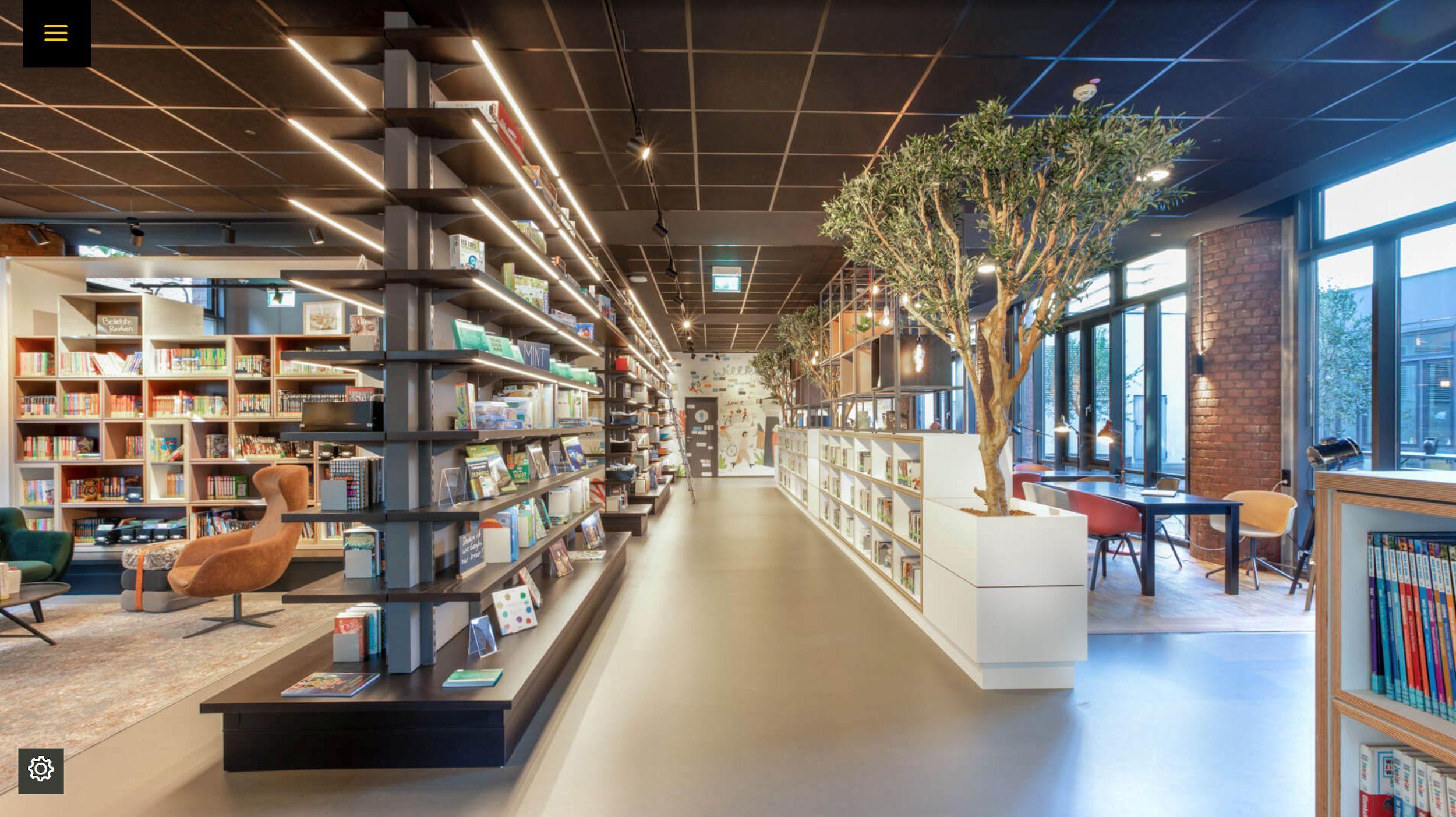 Buchregale und Sitzgelegenheiten in der Bibliothek Köln-Kalk