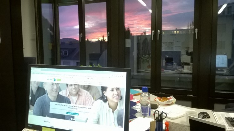 Computerbildschirm vor Morgenhimmel