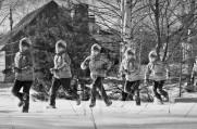 Sequenz eines Kindes, das durch eine Schneelandschaft läuft