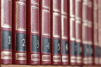 Buchrücken einer Lexikonreihe