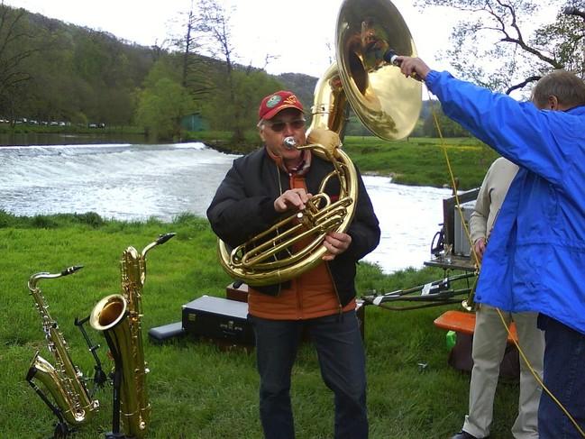 Ein Mann spielt Tuba, ein zweiter Mann hält ein Mikro in die Tuba