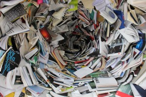 Das Bild zeigt einen Strudel aus Büchern.