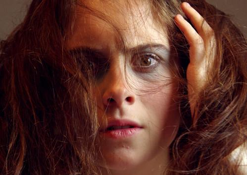 Eine Frau schaut völlg verwirrt in die Kamera und streift sich durch die Haare
