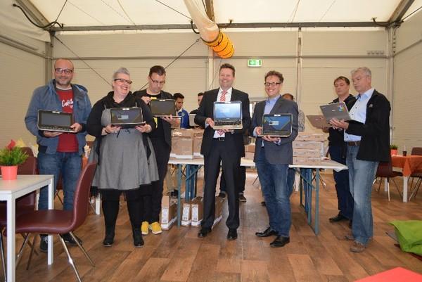 Ein neu eröffnetes Lerncafé im Landesaufnahmezentrum Lebach. Einige Personen halten zur Präsentation ein Chromebook in der Hand