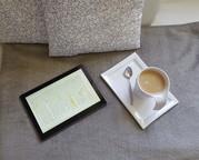 Ein Tablet und eine Tasse Kaffee