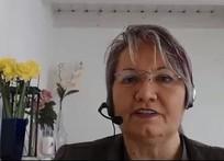 Das Bild zeigt Heike Philp mit Headset vor dem Bildschirm