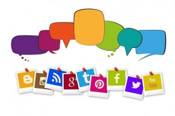 Icons von Social-Media-Plattformen und Sprechblasen