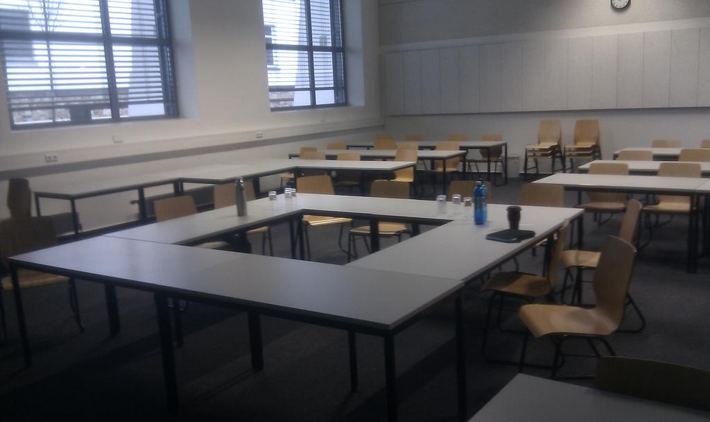 Seminarraum mit Tischen im Quadrat in der Mitte