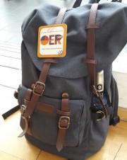 Das Bild zeigt einen Rucksack mit einem Hinweis auf OER.