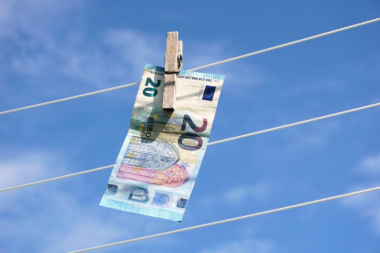 Ein 20 Euro-Schein hängt an einer Wäscheleine.