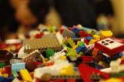 Das Bild zeigt einen großen Haufen voller bunter Legosteine.
