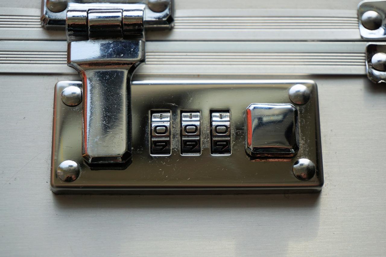 Das Bild zeigt das Zahlenschloss eines Koffers.