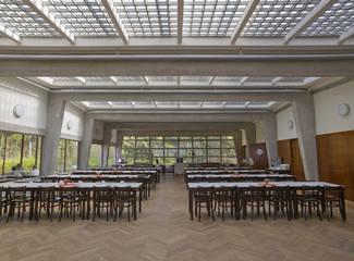 Tische und Stühle im großen Speisesaal
