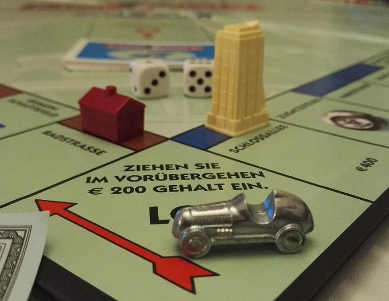 Das Bild zeigt ein altes Monopoly-Spiel