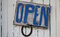 """Ein Schild mit der Aufschrift """"Open""""."""