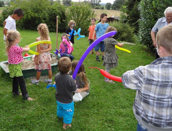 Viele Kinder mit unterschiedlichem Spielzeug