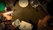 Das Bild zeigt eine Aufsicht auf viele verschiedene detektivische Gegenstände, die im Kreis unter der Kamera angeordnet sind.