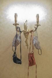Mund-Nase-Bedeckung an Lampe