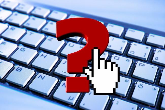 Das Bild zeigt ein rotes Fragezeichen über einer Tastatur.