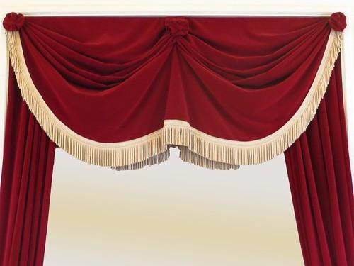 Das Bild zeigt einen offenen Bühnenvorhang.