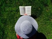 Eine lesende Frau
