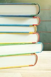 Das Bild zeigt einen Stapel Bücher.