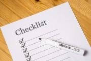 Blatt mit Titel Checklist und Ankreuzkästchen und Linien; Stift