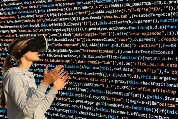 Frau mit Cyberbrille vor Texttafel