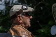Das Bild zeigt einen Autofahrer im Seniorenalter.