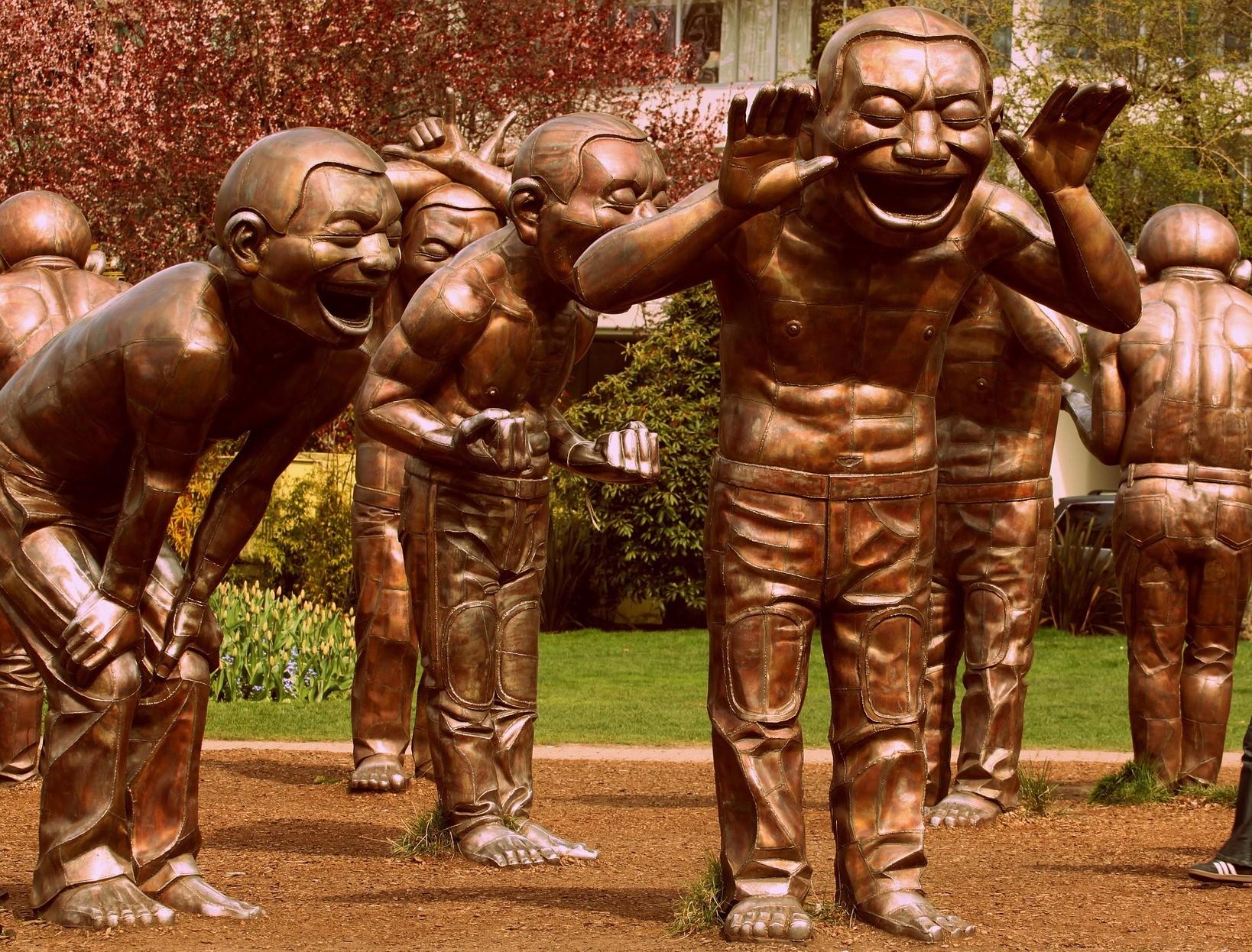 Skulpturen: Menschen stehen rum und Lachen