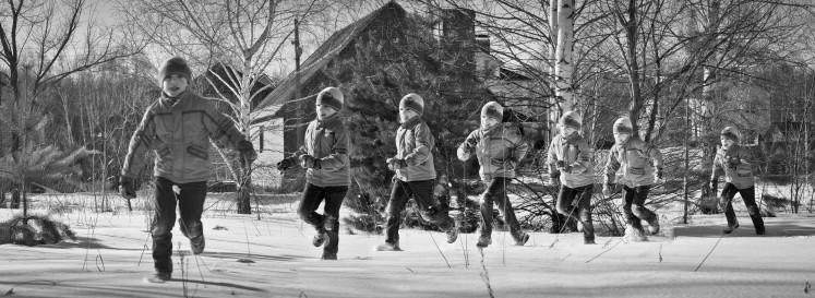 Junge läuft im Schnee