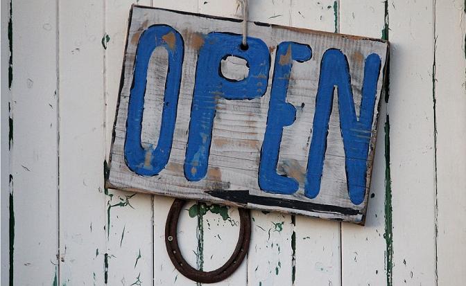 """Ein Schild mit der Aufschrift """"Open"""""""