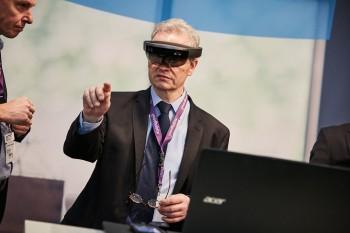 Mann mit Datenbrille für Virtual Reality-Anwendung